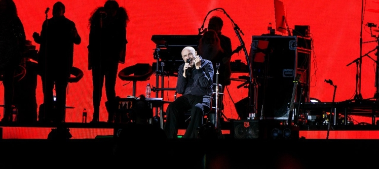 1280px-Phil_Collins_-_BST_Hyde_Park_-_Friday_30th_June_2017_PCollinsBST300617-26_(35649688476)